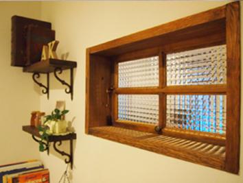 チェッカーガラスの木製はね上げ室内窓