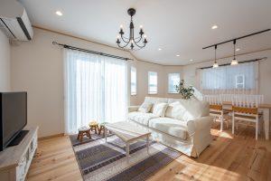 厚さ20mmと極厚な無垢の床材は、一年中素足で過ごせるくらいの快適さです。