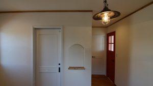 造作ニッチとレトロな雰囲気を持つ玄関エントランス