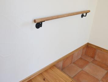 玄関に無垢材棒とアイアンの手摺