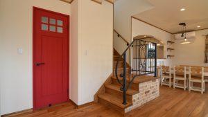 赤く塗装した木製無垢ドアがかわいいです