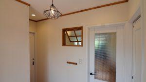 玄関エントランス埋め込んだ木製室内窓があわいいです