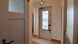 白を基調にしたかわいい玄関エントランス