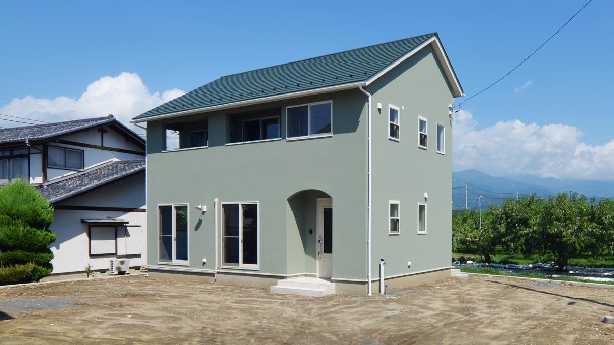 自然素材の漆喰の塗り壁がかわいい家