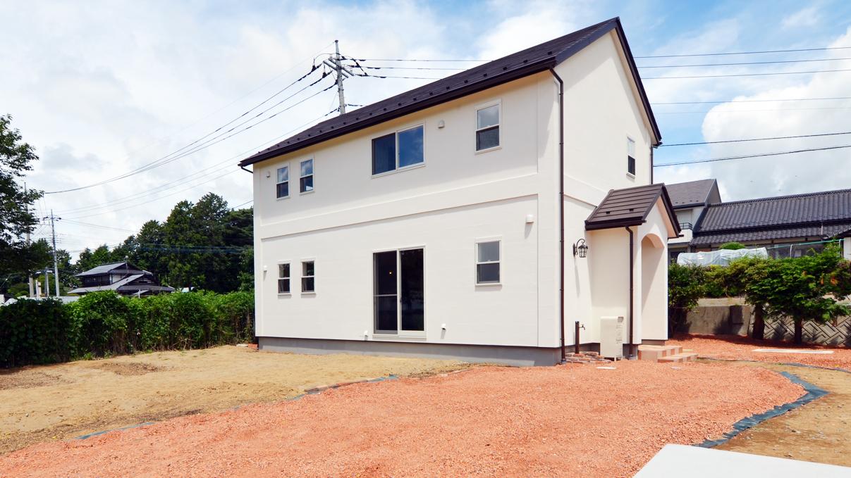 外壁は自然素材の漆喰をノンクラック工法で仕上げてかわいい家に