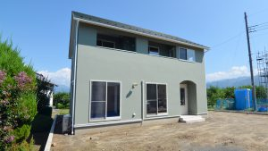 自然素材の漆喰の塗り壁がかわいい家-2