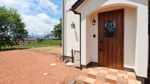 アーチ形状の玄関はかわいいです