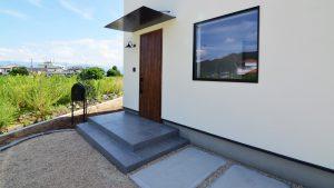 インダストリアルデザインとかわいいが融合したお家 漆喰塗り壁の外観4