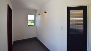 インダストリアルデザインとかわいいが融合したお家 広々とした玄関2