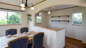 キッチンはアーチと造作棚がかわいさをアップ