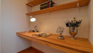 使い勝手の良い造作のカウンターテーブル