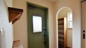 くつろぎのカフェスタイルのお家 玄関とアーチ開口