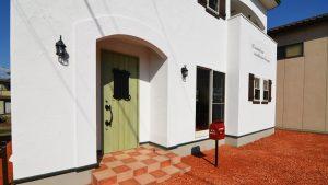 くつろぎのカフェスタイルのお家 柱型の玄関アーチ