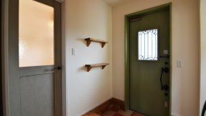 くつろぎのカフェスタイルのお家 玄関に可愛い造作棚
