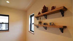 可愛いくカッコいい漆喰塗り壁のお家 アンティーク調金具の造作棚
