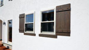 くつろぎのカフェスタイルのお家 漆喰の外壁にオリジナル鎧戸