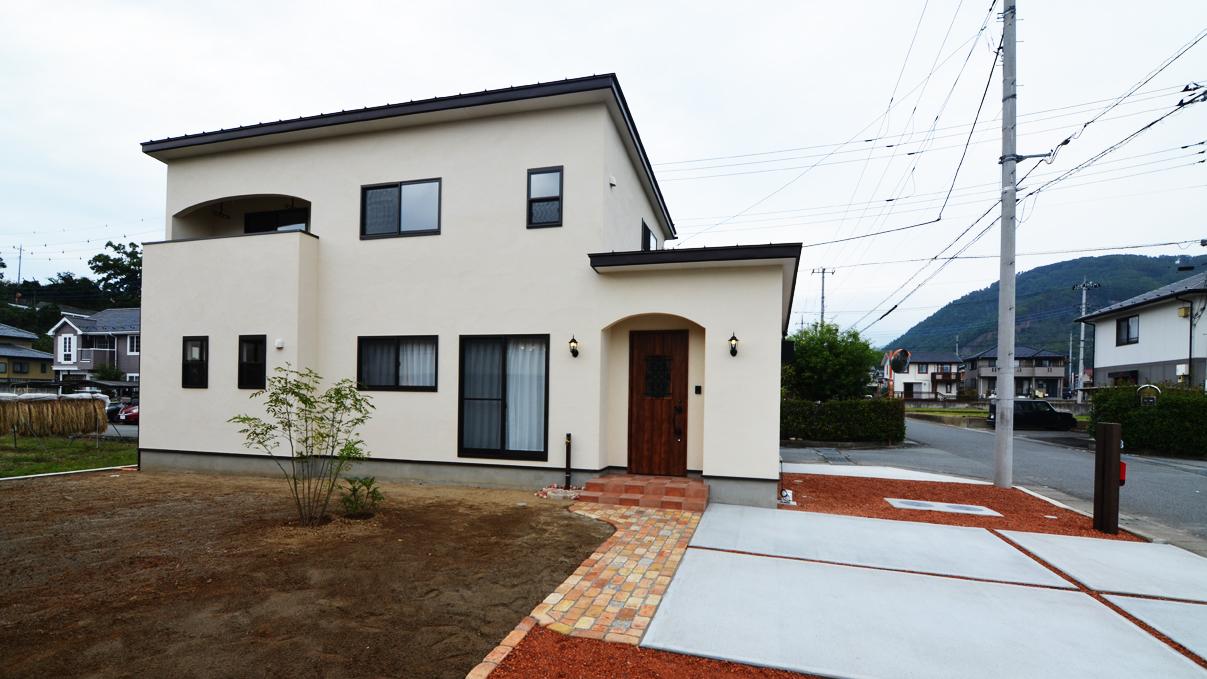 可愛いくカッコいい漆喰塗り壁のお家の外観