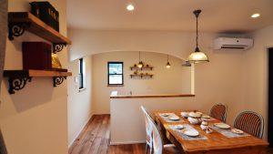 可愛いくカッコいい漆喰塗り壁のお家 キッチンのアーチ開口