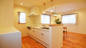 可愛いお家には清潔感の白いキッチン