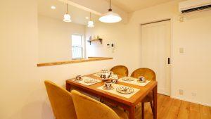 ねこちゃんと暮らすかわいいフラットハウス キッチン周りのダイニングスペース
