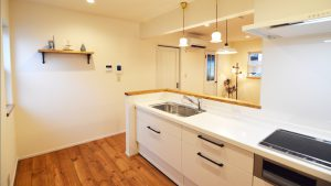 ねこちゃんと暮らすかわいいフラットハウス ゆとりのある広さのキッチン