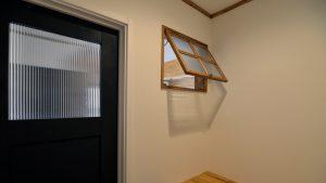 広々平屋のフラットハウス 開閉可動式の木製窓