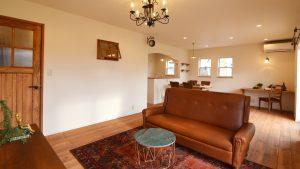 レンガの玄関アーチが可愛い自然素材のローコスト住宅 リビング