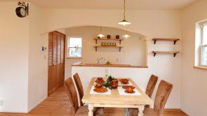 レンガの玄関アーチが可愛い自然素材のローコスト住宅 キッチンスペース
