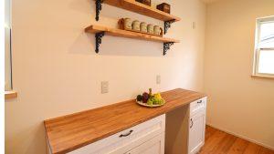 レンガの玄関アーチが可愛い自然素材のローコスト住宅 かわいい背面棚