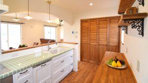 レンガの玄関アーチが可愛い自然素材のローコスト住宅 タイル貼りのオリジナルキッチン