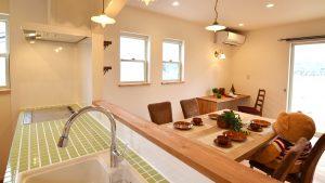 レンガの玄関アーチが可愛い自然素材のローコスト住宅 キッチンとダイニングテーブル
