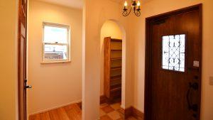 レンガの玄関アーチが可愛い自然素材のローコスト住宅 アーチ型開口のシューズクローク