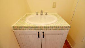 レンガの玄関アーチが可愛い自然素材のローコスト住宅 タイル貼りのオリジナル洗面台