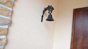 レンガの玄関アーチが可愛い自然素材のローコスト住宅 アンティーク調な呼び鈴
