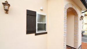 レンガの玄関アーチが可愛い自然素材のローコスト住宅  オリジナルFRP製鎧戸と窓下台