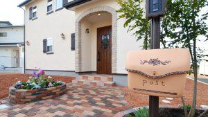 レンガの玄関アーチが可愛い自然素材のローコスト住宅 玄関アプローチ