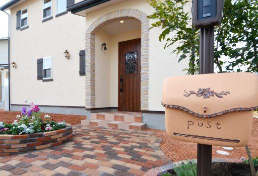 レンガの玄関アーチが可愛い自然素材のお家