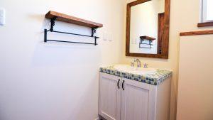 オリジナルのタイル貼り洗面台に可愛い鏡や棚板