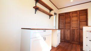 キッチン背面には可愛い収納と造作棚