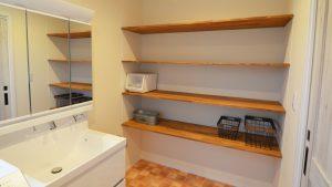 洗面室には造作の棚を完備