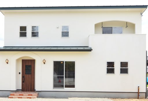 自然素材の漆喰塗りの可愛いローコスト住宅