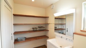洗面所には収納便利な可変式の棚